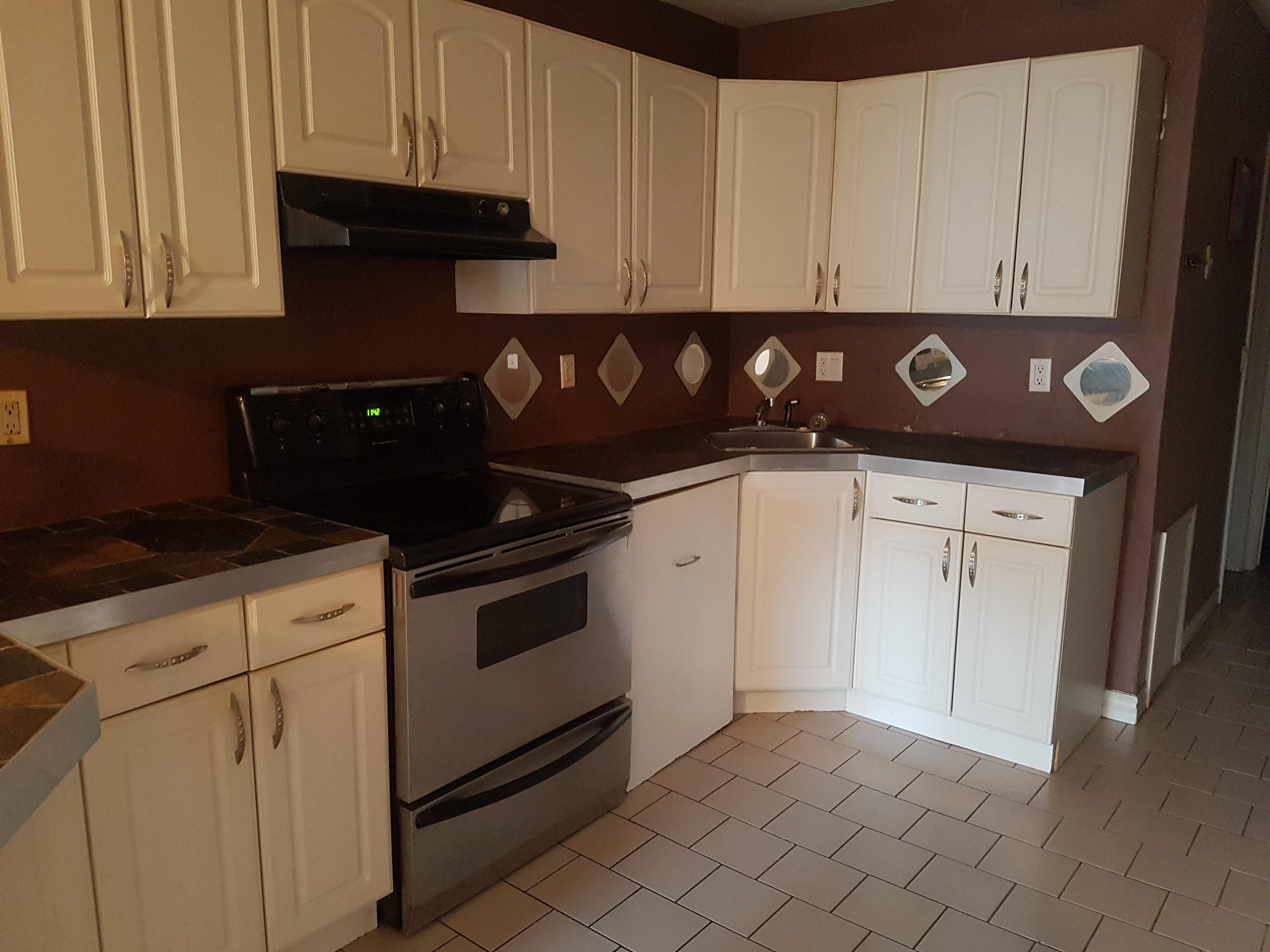 HIP 1 BEDROOM UPPER UNIT WITH GORGEOUS BACKYARD